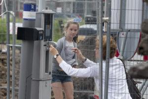 Een meter achter het hek