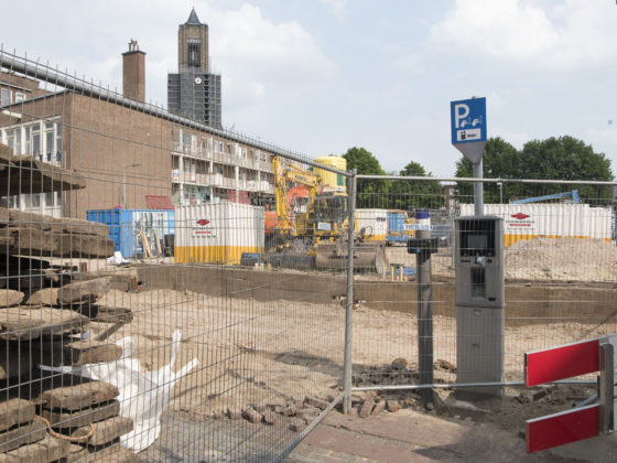 Arnhem, 050717 - Foto Ruben Meijerink / APA FOTO. In de binnenstad van Arnhem wordt gebouwd aan een stadsdeel. Er verrijzen mooie binnenstedelijke woonbuurten zoals Paradijs en Bartok. Het parkeren wordt met al die bouwplaatsen een flinke uitdaging. Zeker als de betaalautomaten net binnen de afrastering staat. Uiteindelijk lukte het om het parkeerkaartje te betalen.