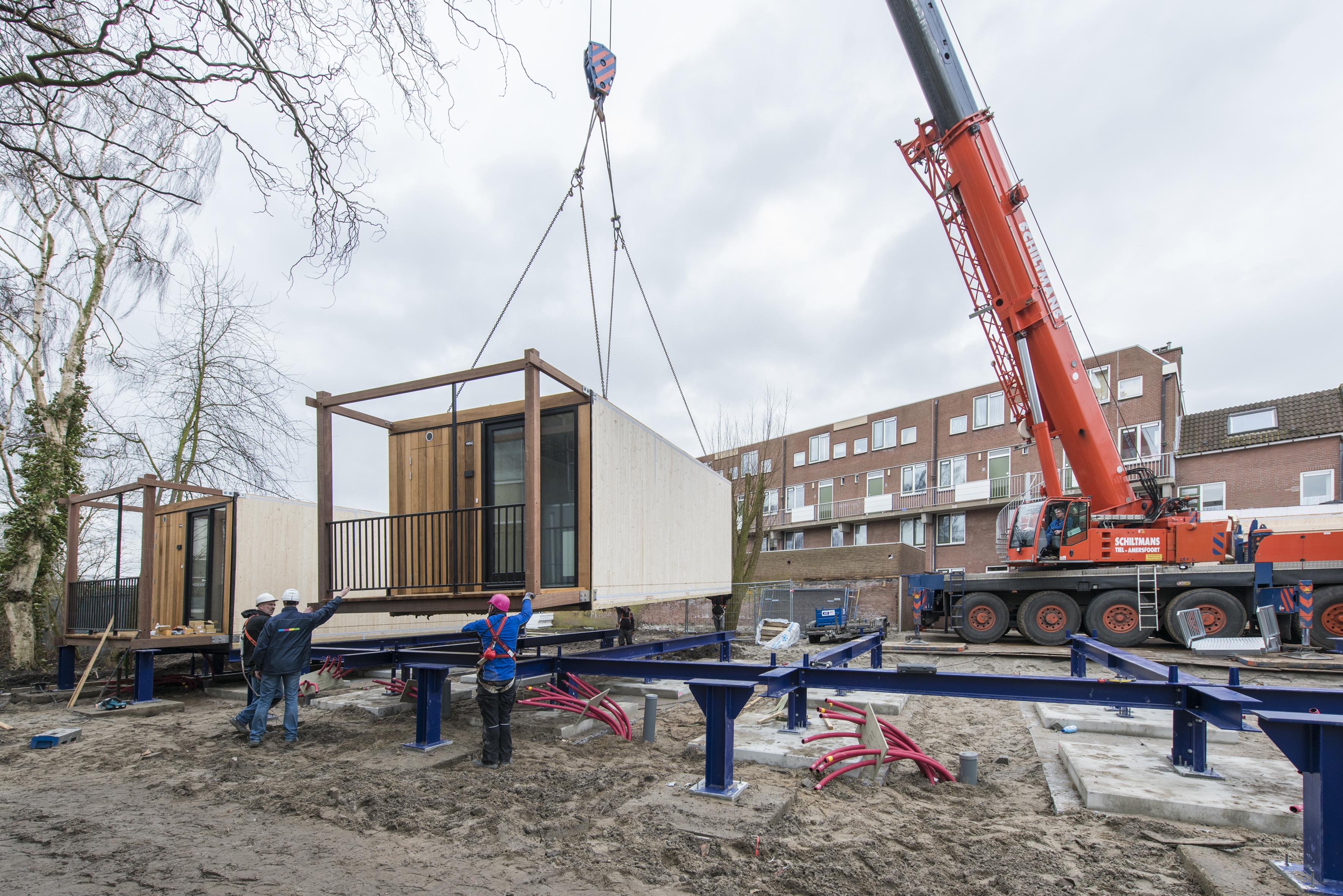 Verplaatsbare huizen vliegen de fabriek uit