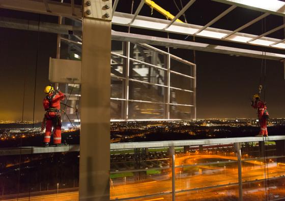 'Spidermen' monteren mega-glasgevel in Rijswijk