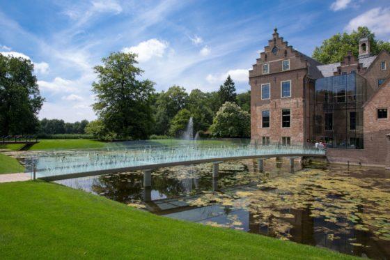 Slanke glazen brug ontsluit museum-kasteel
