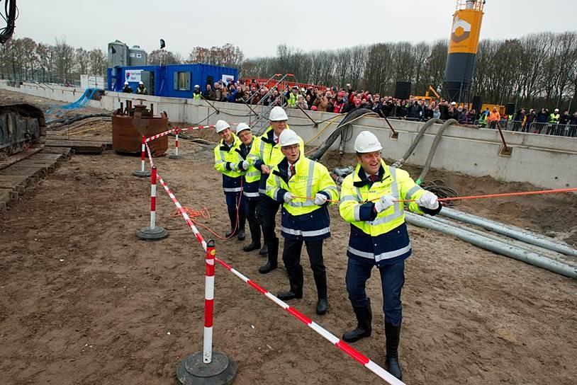 Minister Hugo de Jonge (rechts) en Gerard Sanderink (tweede van links) bij de start bouw.