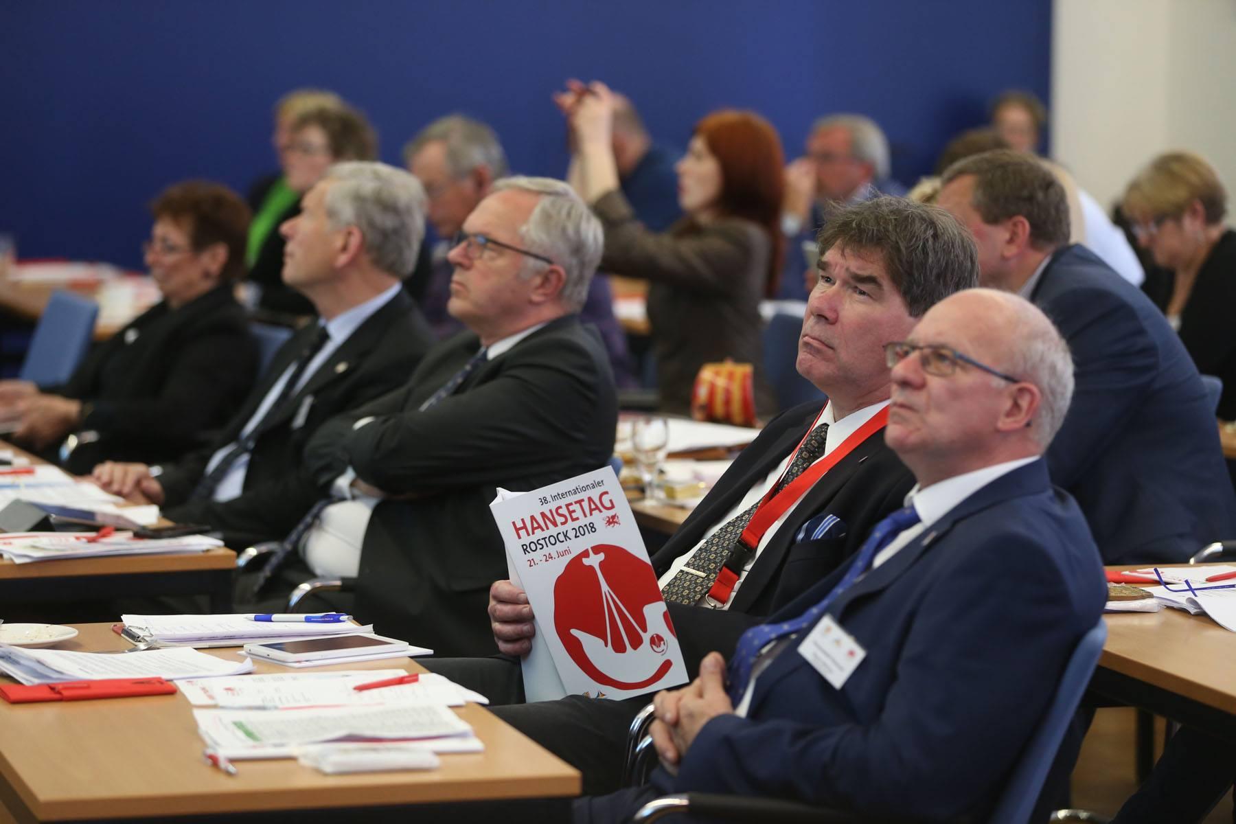 De alarmbellen over Gebouw X gaan af in Rostock, waar Henk Jan Meijer, burgemeester van Zwolle, een congres over Hanzesteden bijwoont.