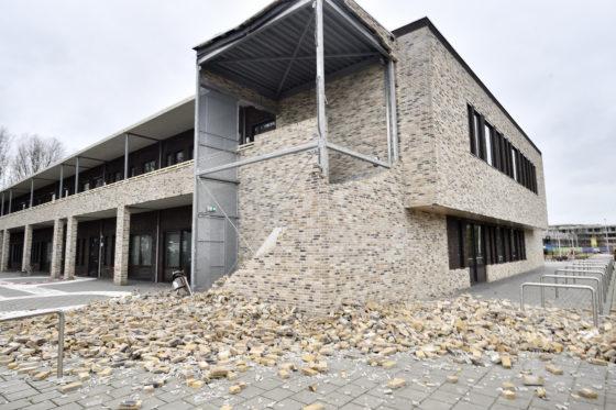 Afgebroken gevels, weggewaaide dakpannen: storm zorgt voor aardig wat schade