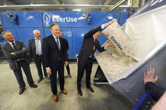Koning opent fabriek voor isolatiematten Everuse