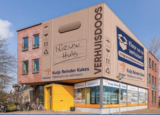 Maaiveld | Reusachtige verhuisdoos moet makelaar aan klanten helpen