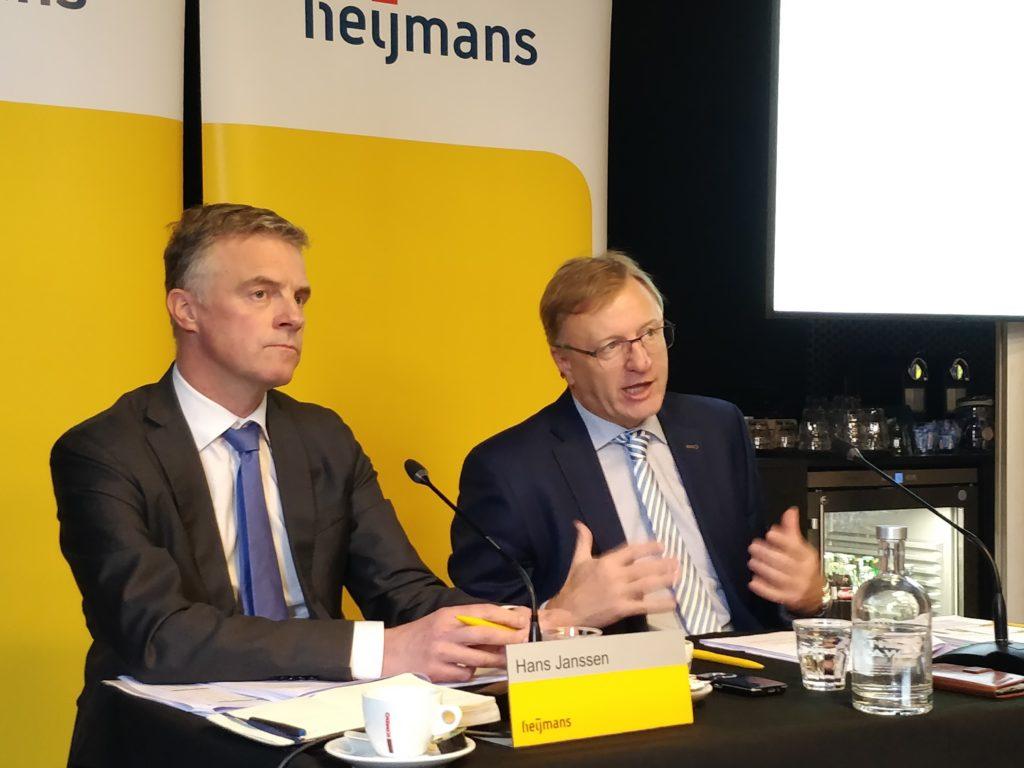 Hans Janssen (cfo, links) en Ton Hillen van Heijmans tijdens de persconferentie.