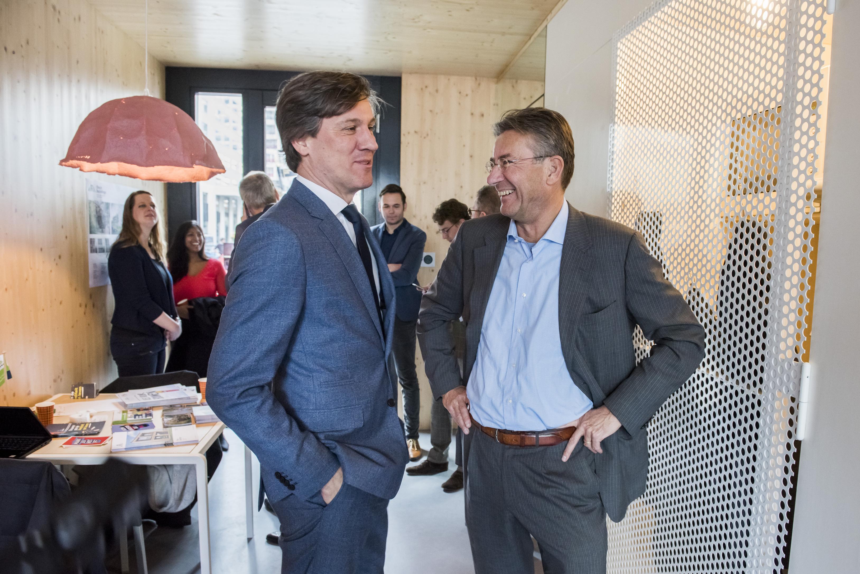 Maxime Verhagen in debat met Amsterdamse Wethouder Pieter Litjens over de woningmarkt in a tiny house op het Gustav Mahlerplein. Foto: Ruud Jonkers