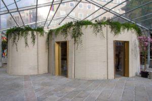 Publiek vergaapt zich aan geprinte betonnen woning