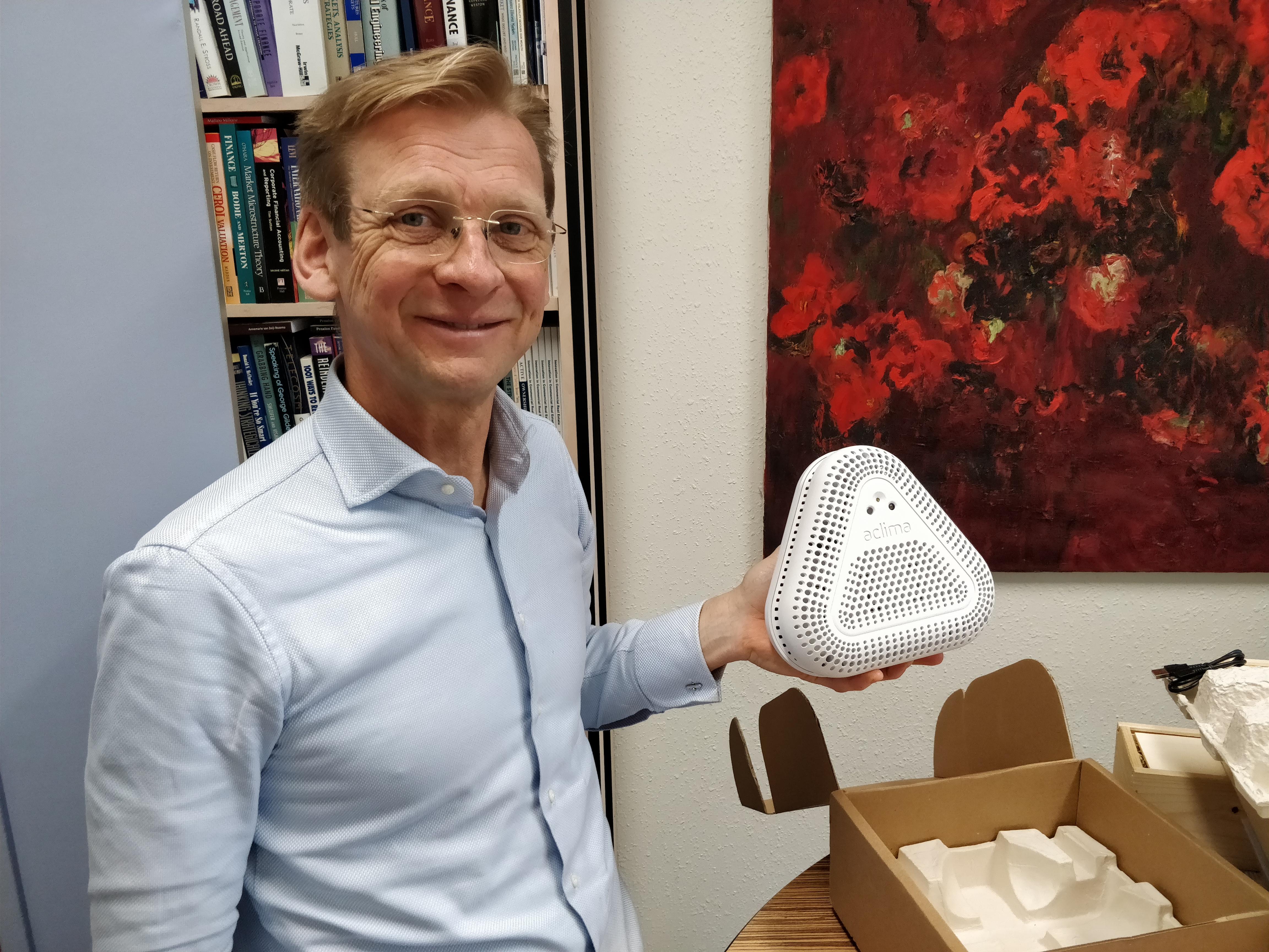 """Piet Eichholtz toont de Aclima, dat bij scholen het binnenklimaat meet. """"Een fly on the wall"""", zegt hij."""