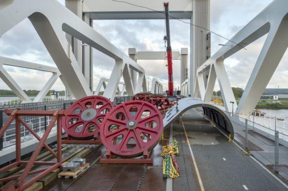 "Interview | A-Lanes draait op voor onverwachte slijtage lagers Botlekbrug: ""Vier wielen per weekend"""