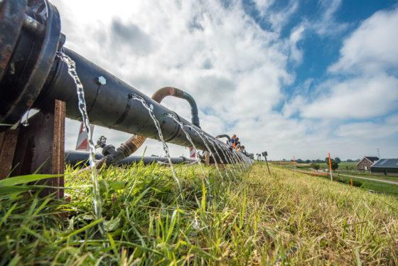 10.000 emmers water per uur over de dijk