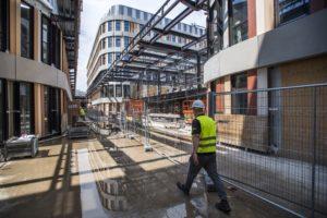 Bouwers scholen, ziekenhuizen en bedrijfsgebouwen zwemmen opeens in het werk