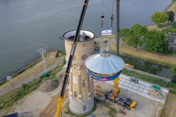 Video: Watertoren Zwijndrecht krijgt nieuwe 'kroon' van 25 ton