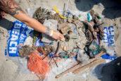 Proef: aangespoeld plastic recyclen tot producten voor de wegenbouw