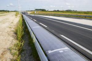 Rails langs N194 vangen auto's en zonlicht