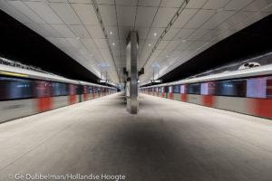 Amsterdammers laten zich nog een keer roasten en stappen dan opgewekt de nieuwe metro in