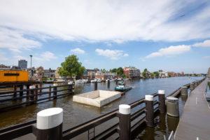 Eerste woonboten varen 's werelds meest duurzame drijvende woonwijk in