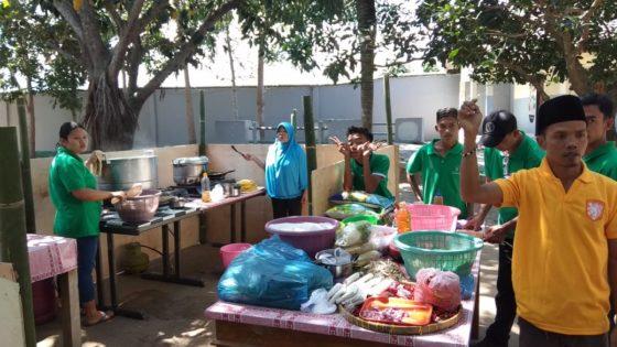 Dekens, voedsel en tenten van BAM op weg naar Lombok