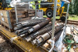 Megaschroef vervangt fundatieblok bovenportaal: primeur voor spoor Heerhugowaard