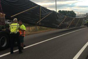 Noodweg helpt vastgereden vrachtauto's A15 weer op weg