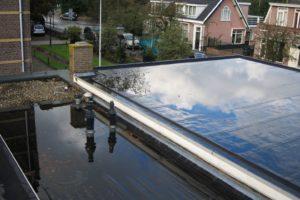 Drukte bij dakdekkers door waterschade aan woningen: 'Droogte zorgt voor meer lekkages'