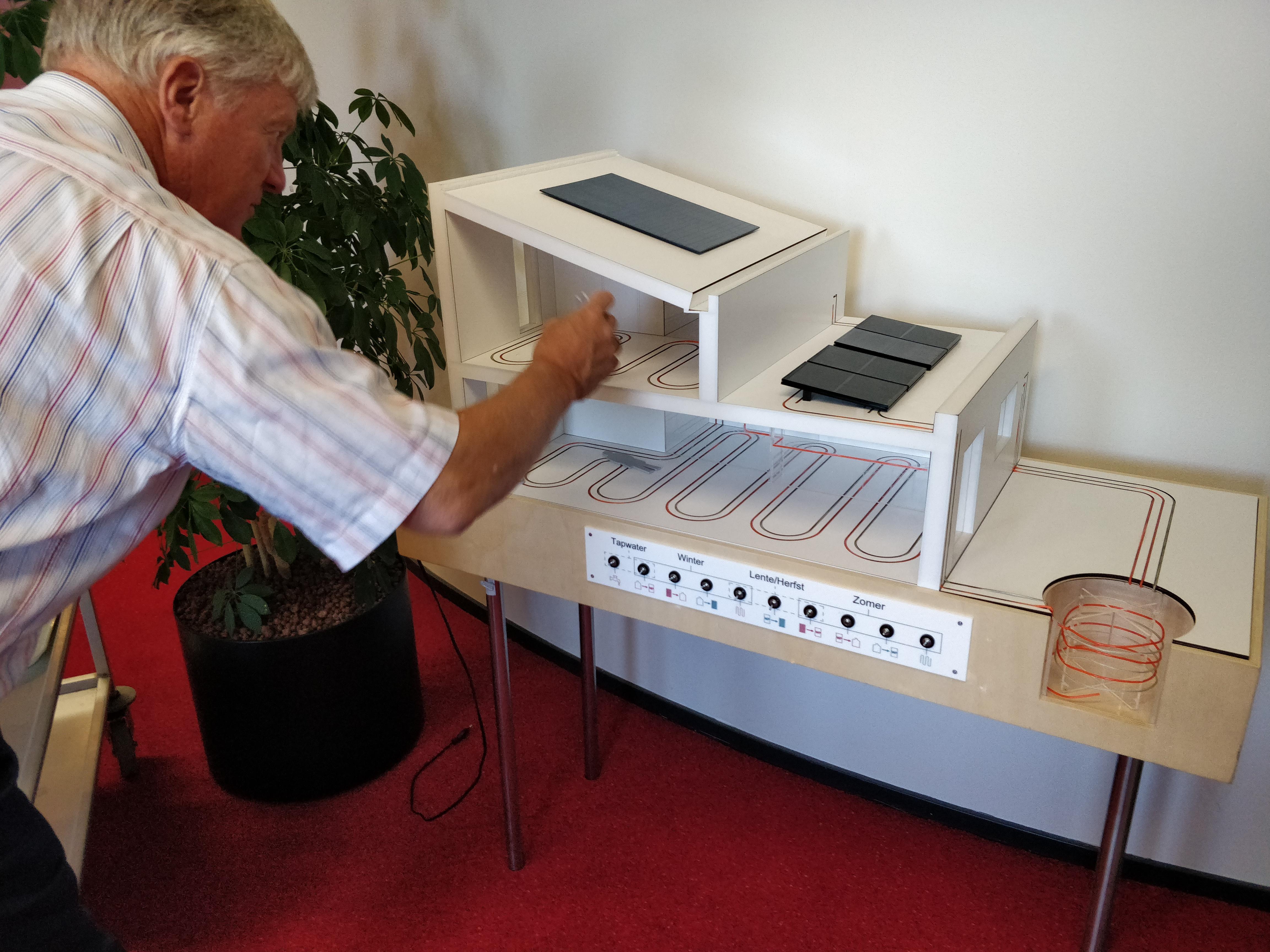 Maarten Sas bij de proefopstelling van de ijsbuffertechnologie in zijn werkkamer.