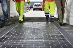 Pilots van Rijkswaterstaat en BAM op A2 en N401: Asfalt beplakt met zonnecellen
