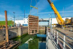 Timelaps | Ooms heeft renovatie Goereese sluis bijna klaar: alle 12 deuren teruggeplaatst
