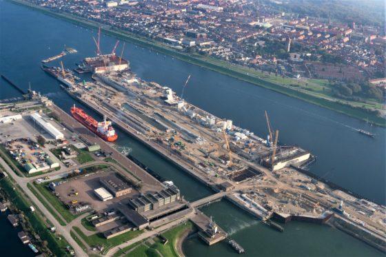 Het ritme van het zakkende caisson overstemt in IJmuiden inmiddels het pessimisme
