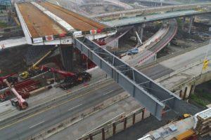 Met 'Tsjernobyl-skids' schuift Mammoet viaduct over snelweg