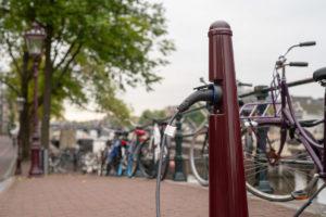 Maaiveld | Je auto opladen aan een Amsterdammertje