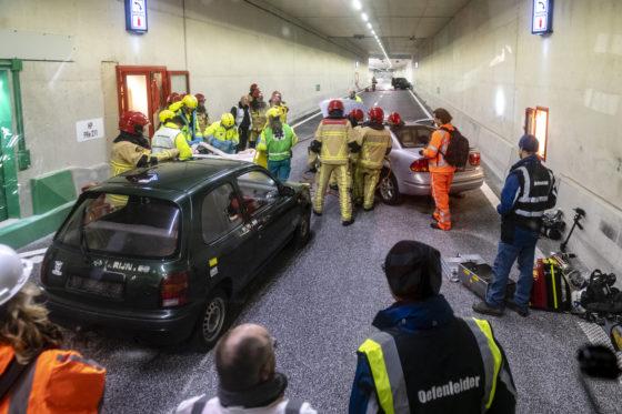 Eerste calamiteit in de Gaasperdammertunnel: botsing en autobrand in scène gezet