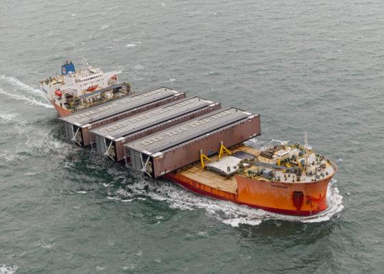 Na lange zeereis komen sluisdeuren IJmuiden aan in Nederland