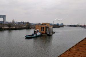Eerste woonboten varen Europa's meest duurzame drijvende woonwijk in