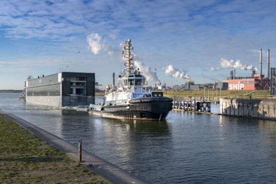 Eerste deur zeesluis arriveert in IJmuiden