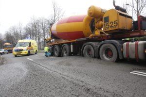 Cementwagen staat vast in z'n eigen cement