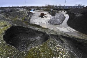 Van Bentum Recycling ruziet met provincie over bodemas: bouwmateriaal of afvalberg?