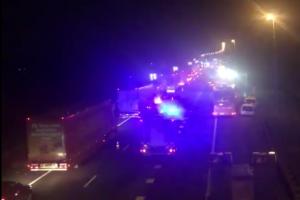 Update: Wegwerkers onder veegwagen op A1; een dode