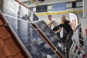 Maaiveld | Bij het eerste NK zonnepanelen plaatsen ging het net iets teveel om de snelste tijd