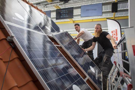 Maaiveld   Bij het eerste NK zonnepanelen plaatsen ging het net iets teveel om de snelste tijd