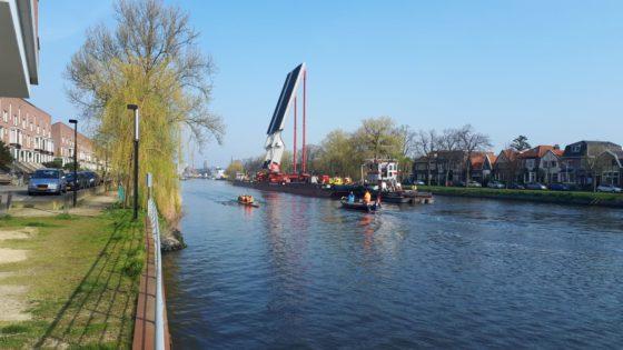 Val van 242 ton maakt tocht van Zwolle naar Westknollendam