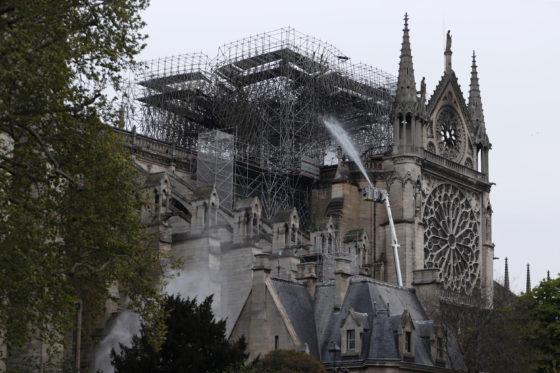 Notre-Dame staat nog steeds op instorten; werkzaamheden uitgesteld