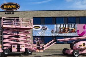 Maaiveld | Bij Riwal deinzen ze niet terug voor een fel roze hoogwerker