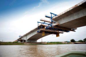 Nieuwe brug in de A9 verschuift; herstelkosten voor VolkerWessels en Boskalis