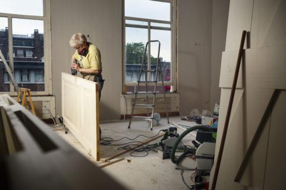 Liesbeth (65) is een van de eerste timmervrouwen: 'Hoezo een mannenberoep?'