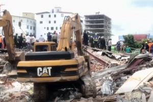 Bouwvakkers onder puin bij ingestorte flat Cambodja