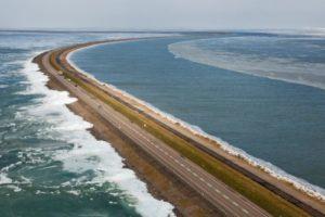 Boskalis en Van Oord zetten gras in om zand op Houtribdijk in te dammen
