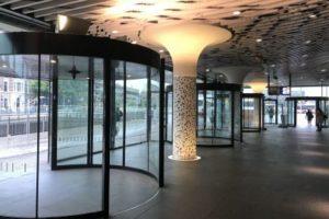 De eigenwijze draaideuren van station Delft: ProRail krijgt ze niet onder controle