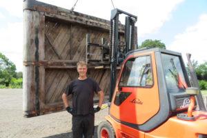 Boer bouwt huis van vijftig jaar oude sluisdeuren: 'Mensen denken vast: die vent is gek'